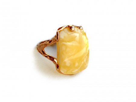 GOLD PLATED RING WITH AMBER INSERT: 18.5size
